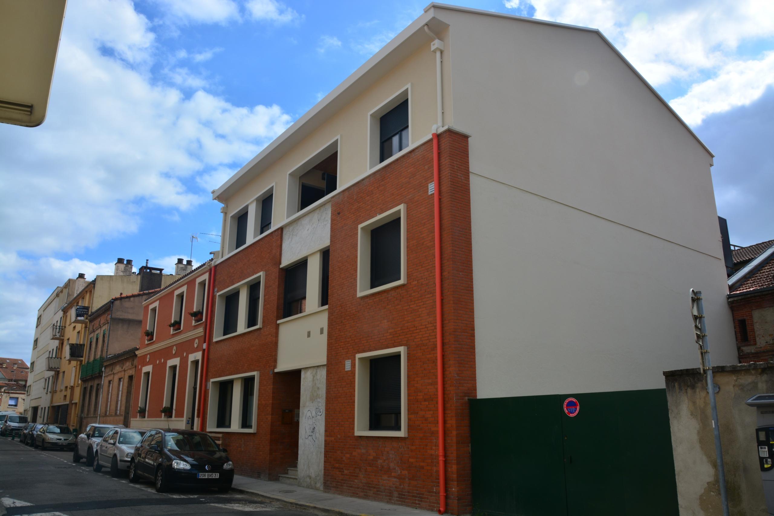 Surélévation et rénovation complète d'un immeuble pour la création de 12 logements. Une conception réalisation SILVEA Architectes. Réalisation 2019.