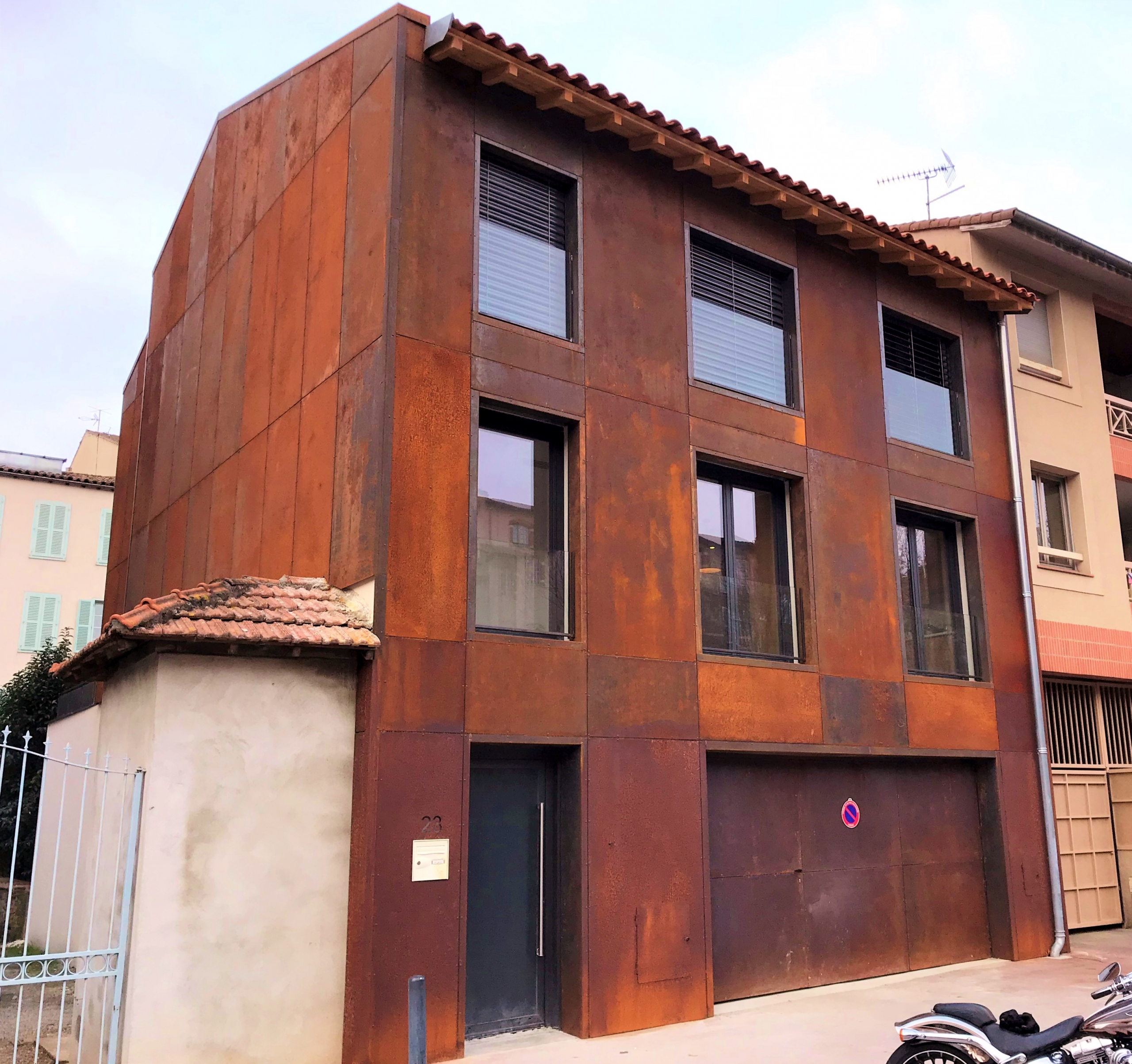Construction d'une maison bardage en acier corten